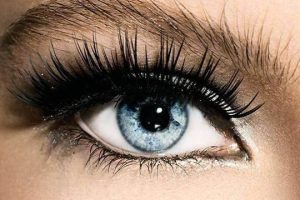 How False Eyelashes Become A Must-Have Makeup Props